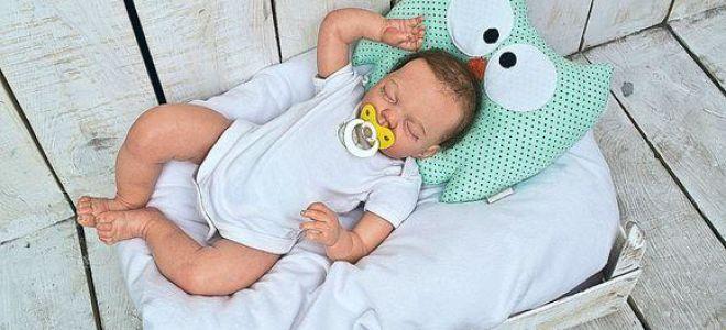 Когда ребенку нужно давать подушку для сна?