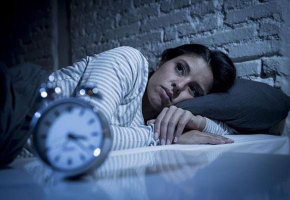 девушка и будильник
