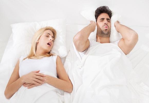 закрыть уши подушкой