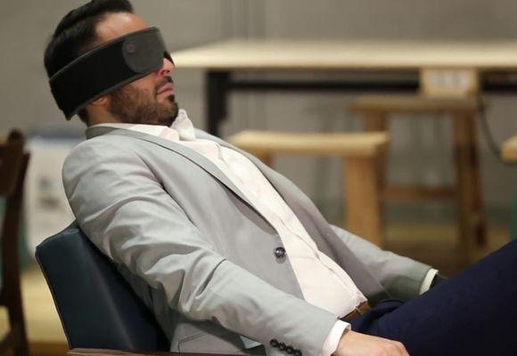мужчина спит в маске для сна