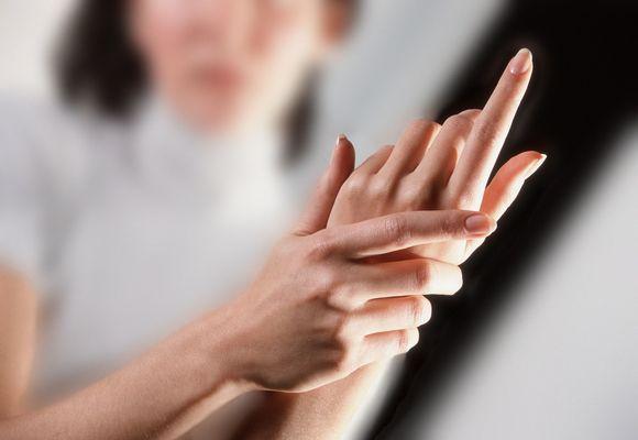 у женщины болят руки