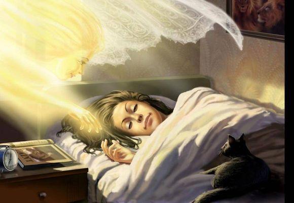 над спящей девушкой дух