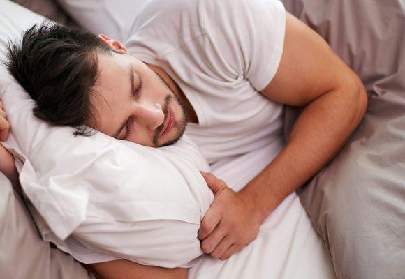 мужчина спит