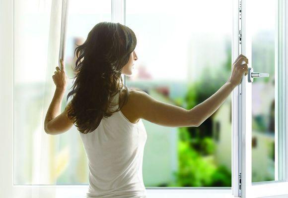 девушка открыла окно