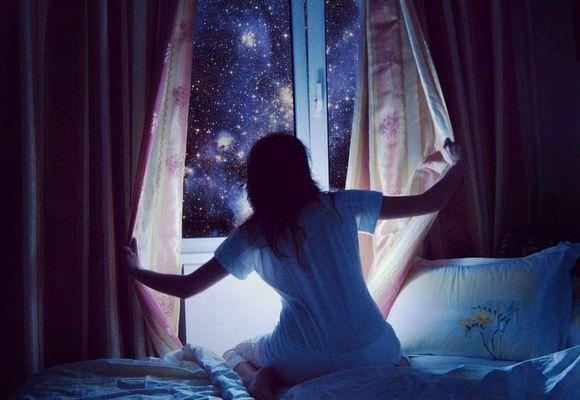 девушка у окна ночью