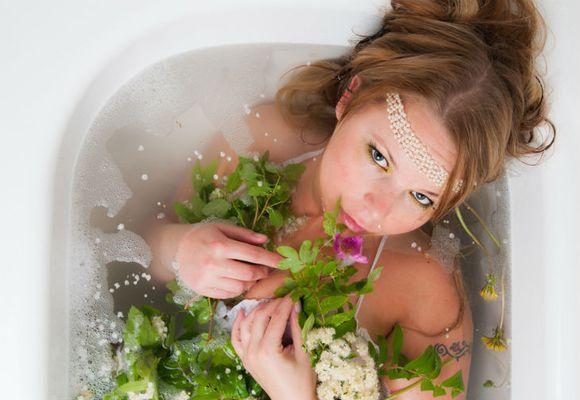девушка в ванной с травами