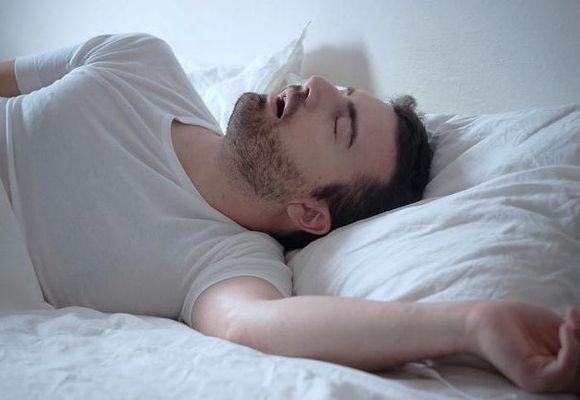 парень стонет во сне