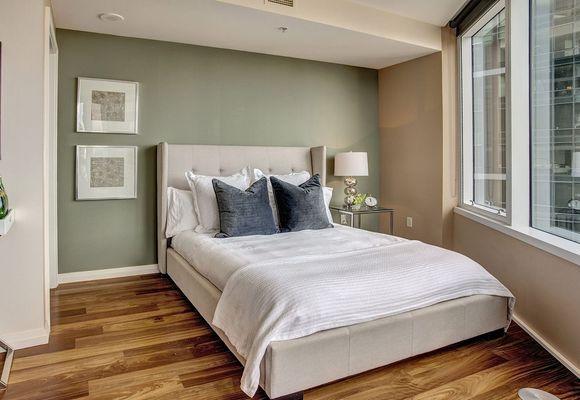 кровать с спальне