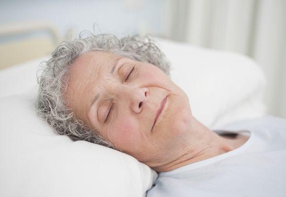 пожилая женщина спит