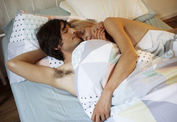 мужчина и женщина спит на подушке