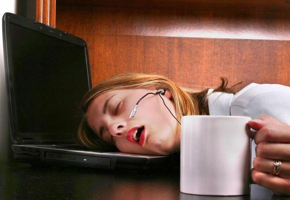 девушка уснула у компьютера