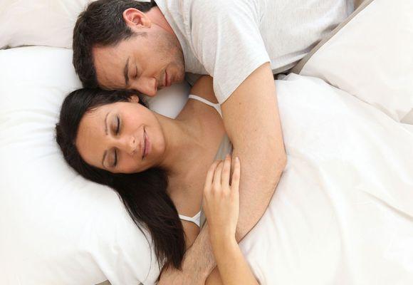 мужчина и женщина засыпают