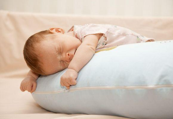 малыш спит на подушке