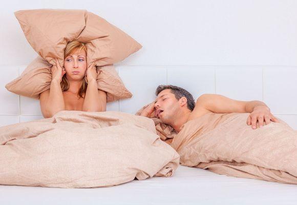 мужчина храпит и спит неправильно