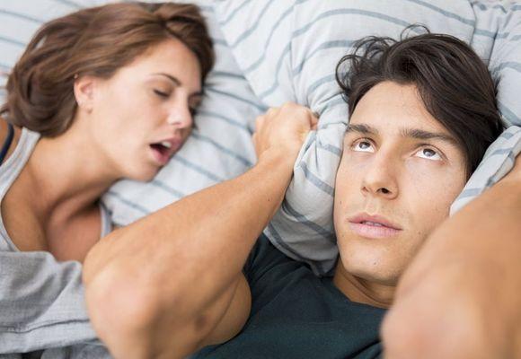 мужчина закрывается подушкой