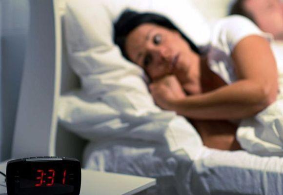 девушка не может спать