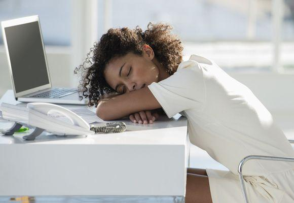 девушка уснула на ноубуке
