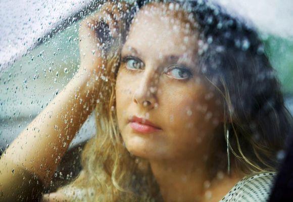 девушка дремлет под дождем