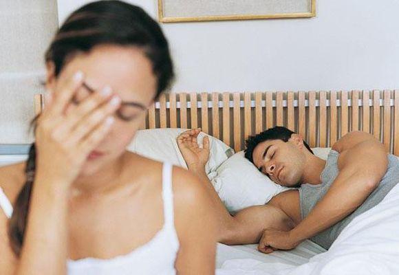 девушка устала а парень спит
