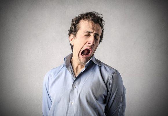 мужчина молодой зевает