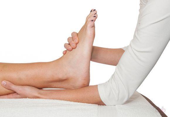ногу обследует врач