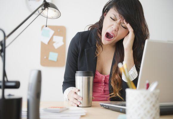 девушка зевает на работе