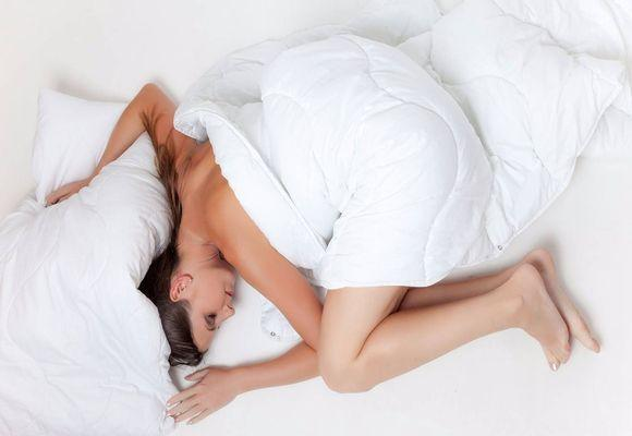 девушка спит скорчившись