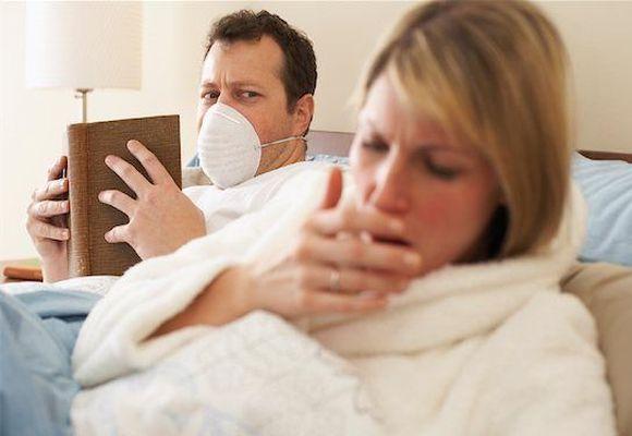 женщина кашляем а мужчина в маске