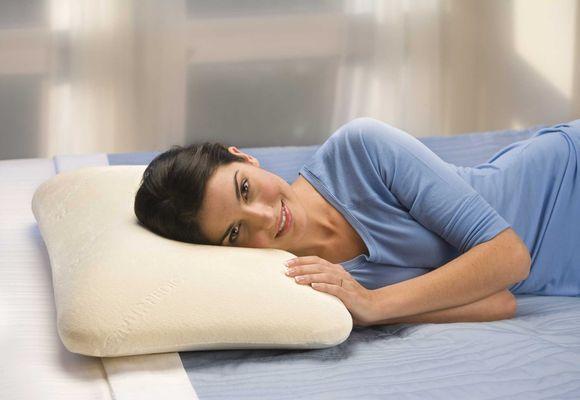 девушка на ортопедической подушке