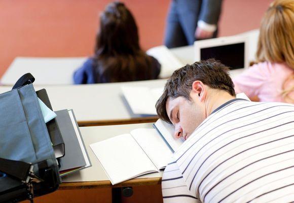 парень уснул на лекции
