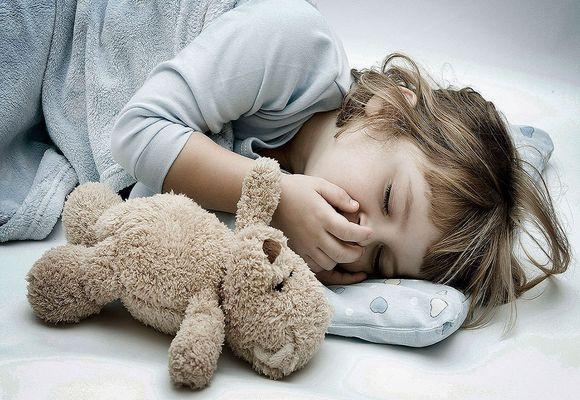ребенок спит прикрыв рот рукой