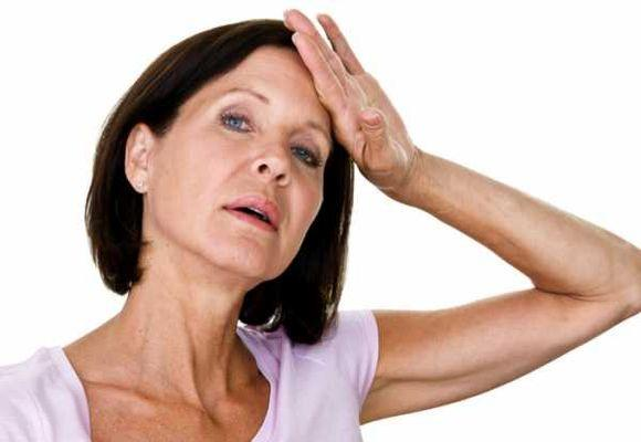 женщина вытирает пот со лба