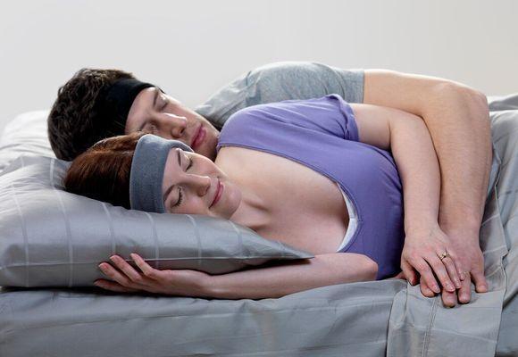 девшука и парень спят в наушниках