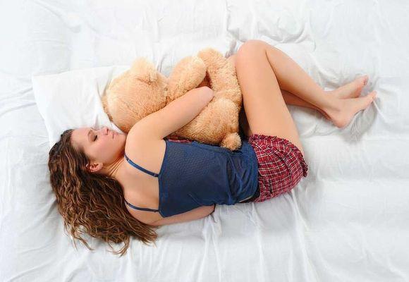 девушка спит на левом боку