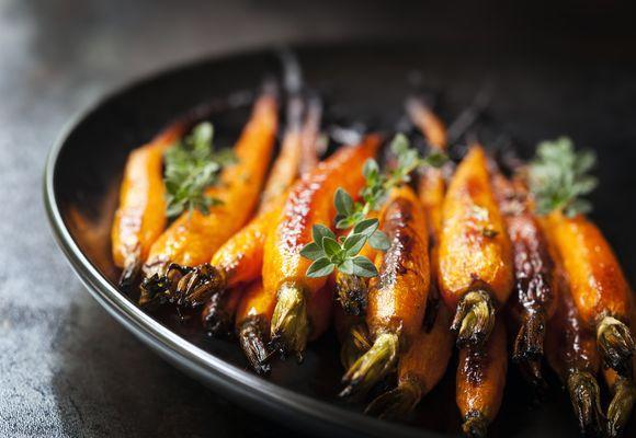 запеченная морковь на тарелке