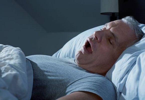 мужчина спит с открытым ртом