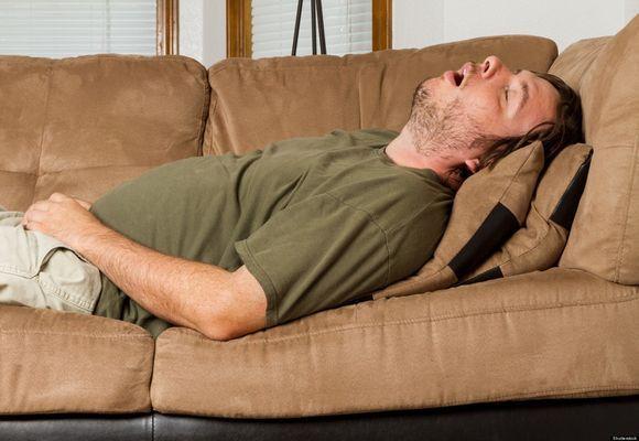 мужчина храпит на диване