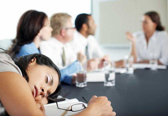 девушка уснула на работе