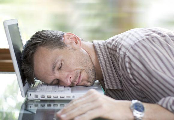 мужчина уснул на ноутбуке