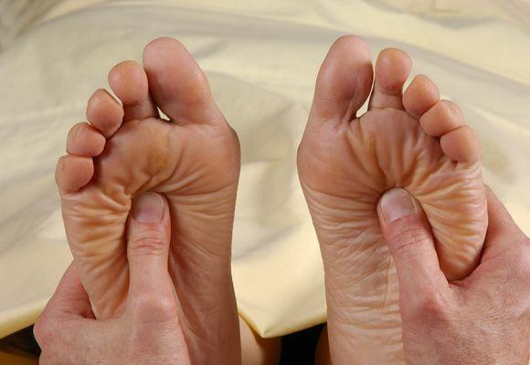 ноги массируют