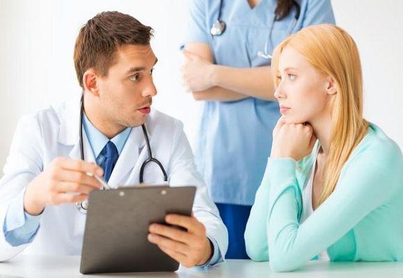 врач разговаривает с девушкой
