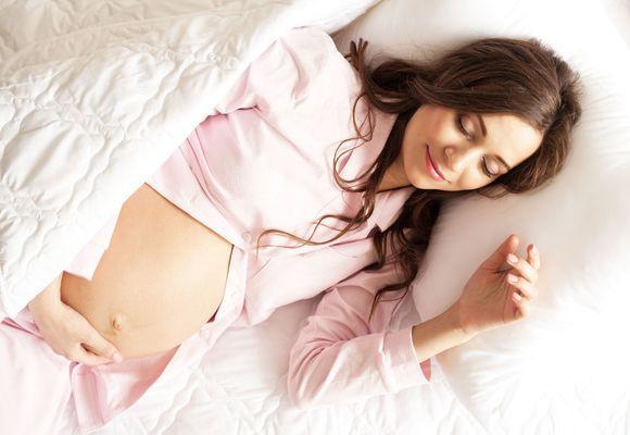беременная девушка лежит