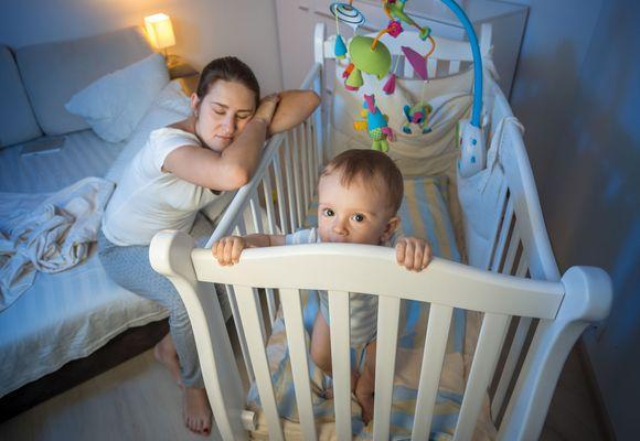 малыш в кровати