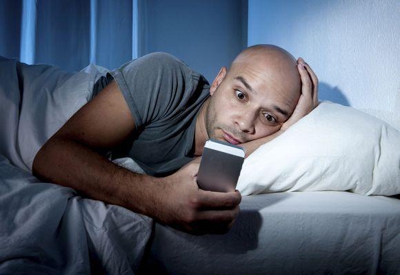 парень с телефоном лежит
