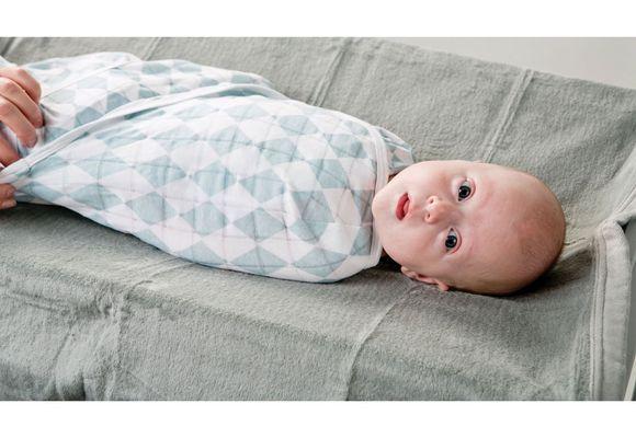 малыш лежит
