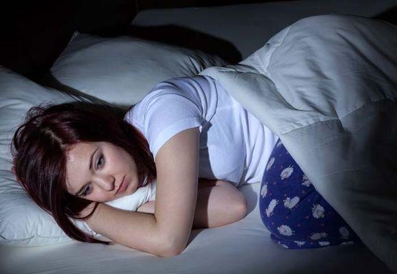девушка лежит без настроения
