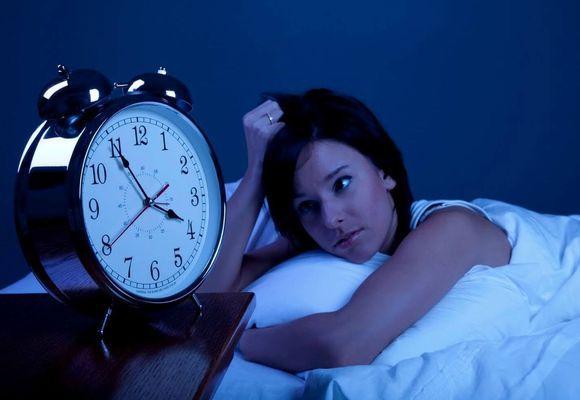 девушка не спит ночью смотрит на часы