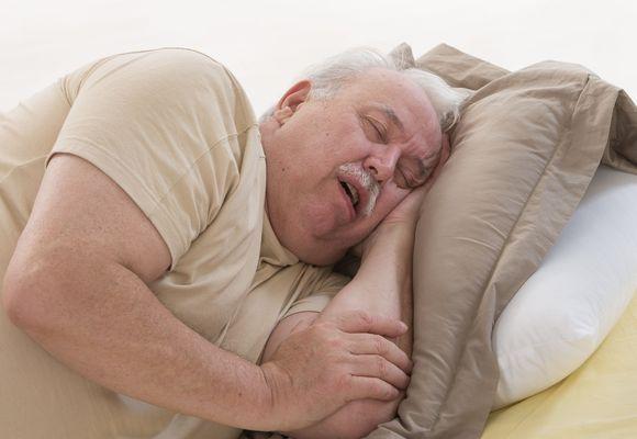 мужчина спит на боку