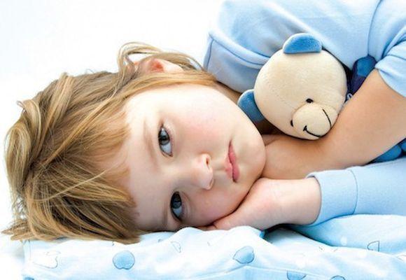 ребенок лежит набоку