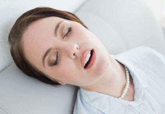 девушка уснула открыв рот